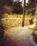 Natursteinweg und Trockenmauer